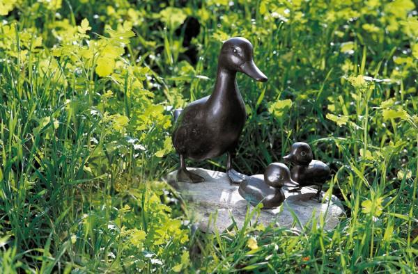 Entenmutter mit zwei Kueken Kupfer Skulptur auf Stein
