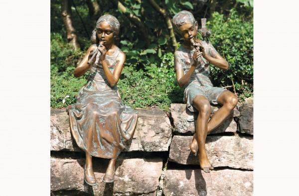Maedchenund Junge mit Floete Skulptur