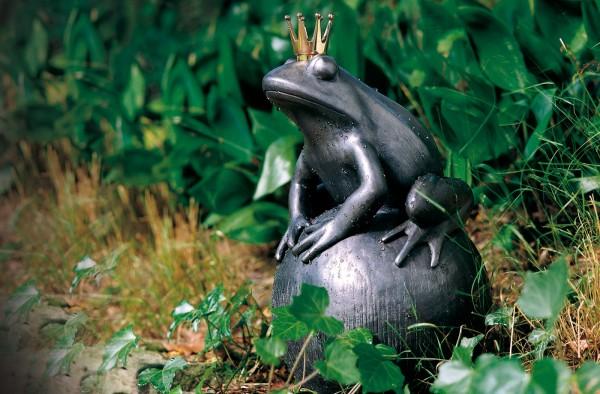 Froschkoenig auf Kugel Kupfer Skulptur