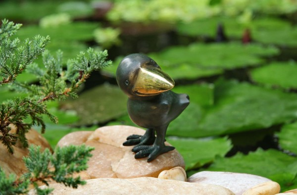 Kleiner Rabe zur Seite schauend Bronze Skulptur