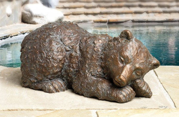 Kleiner schlafender Baer Bronze Skulptur