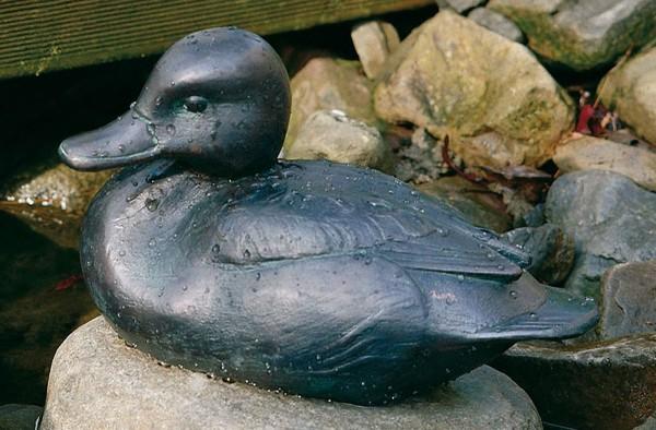 Sitzende Kolbenente Kupfer Skulptur
